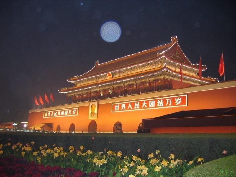 首都北京是著名的历史文化名城,有着无与伦比的旅游资源,众多的帝都景观和历史文化是最大的看点。世界上最大的皇宫紫禁城、祭天神庙天坛、皇家花园北海、皇家园林颐和园、八达岭、慕田峪、司马台长城以及四合院之最恭王府等。大家熟知的天安门广场、人民大会堂、人民英雄纪念碑、以及北京奥运会上举世瞩目的国家体育场鸟巢、国家游泳中心水立方,以及国家大剧院等,还有许多闻名遐尔的自然景观,香山公园、紫竹院、玉渊潭等,是国家旅游局评定的中国优秀旅游城市。 京城深厚的文化底蕴也是其他任何一个城市所不能及的。周口店的北京人遗迹,